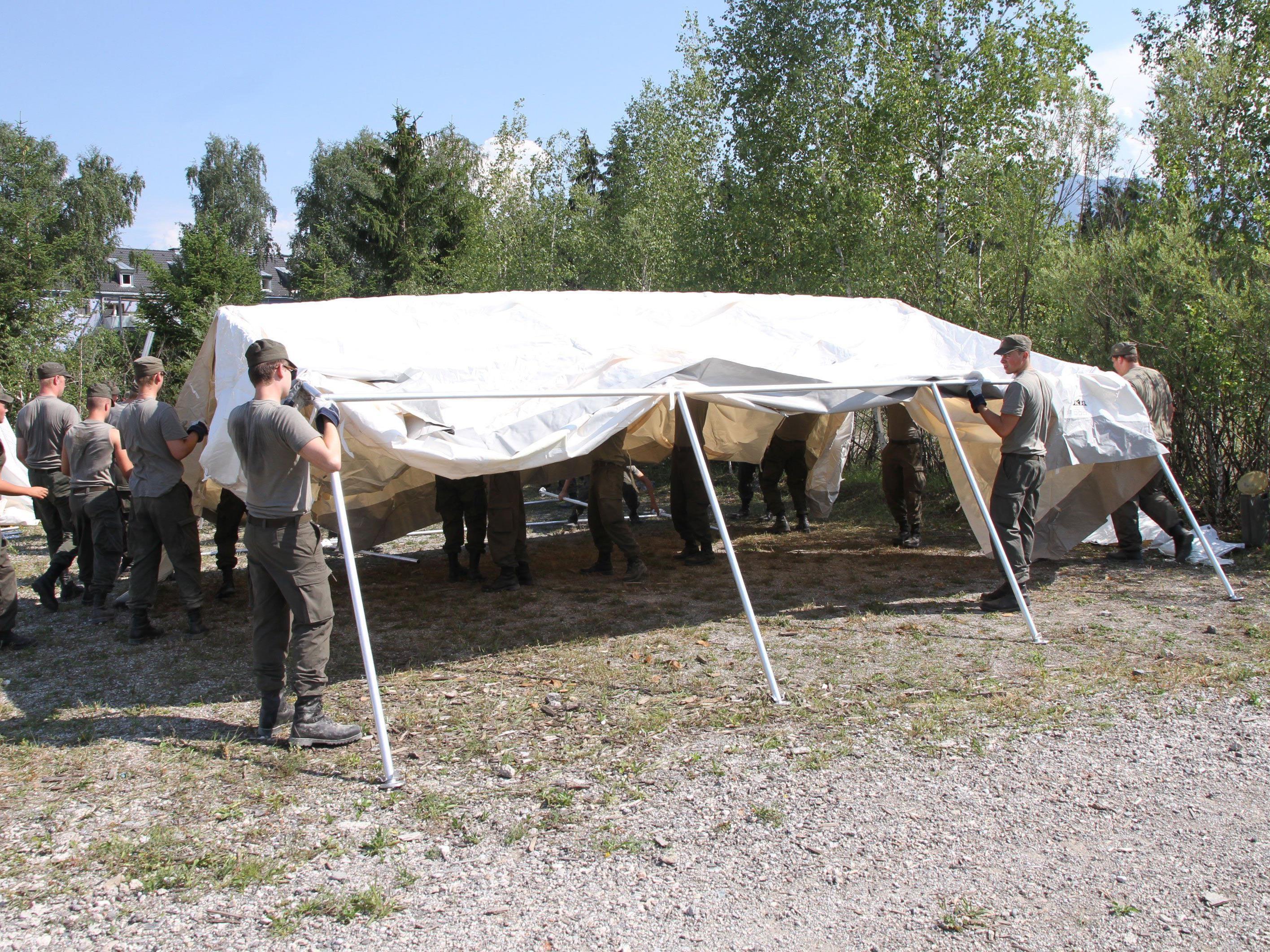Das Bundesheer stellt Zelte für die Flüchtlinge auf.