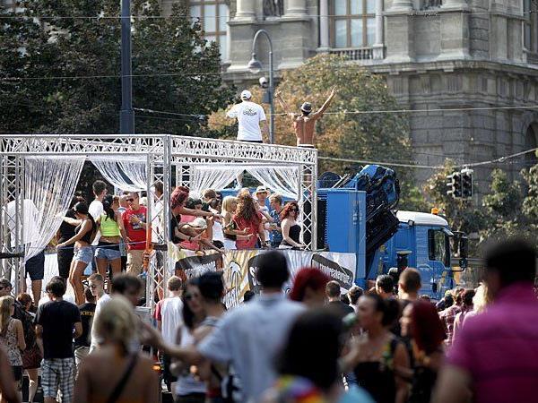 Alle Jahre wieder wird bei der Street Parade in Wien am Ring getanzt und gefeiert