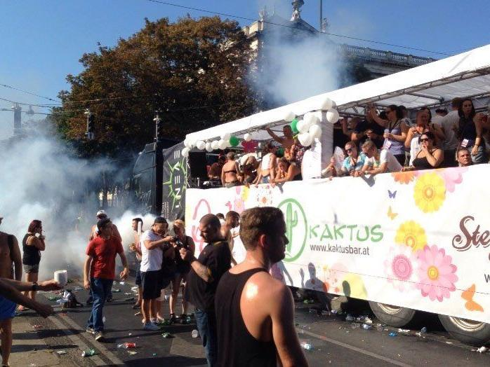 Die Menschen feiern ausgelassen am Wiener Ring.