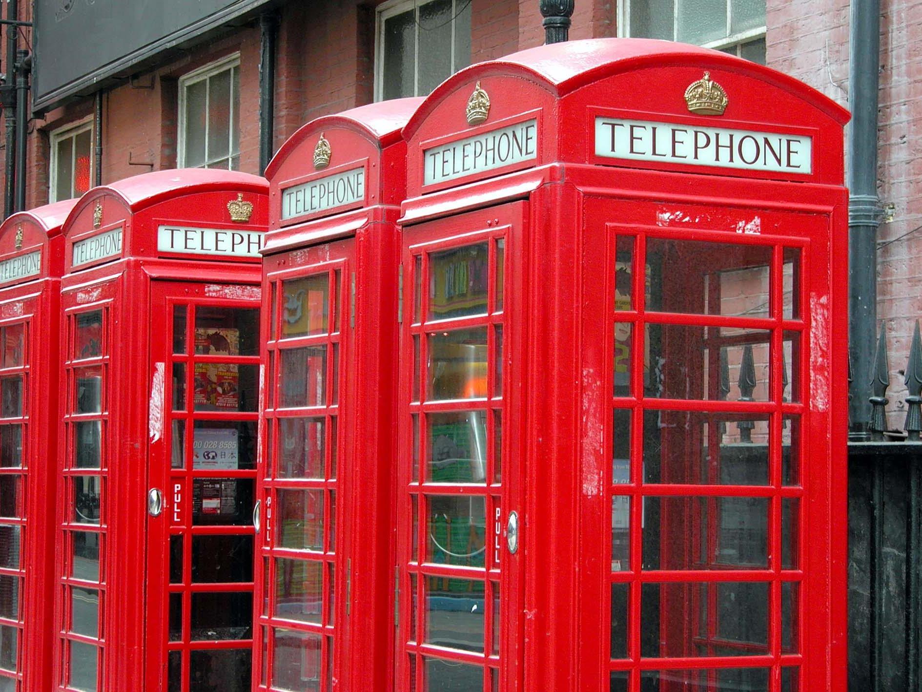 Eine Kaffeemaschine und ein Würstchengriller sind in der Telefonzelle untergebracht