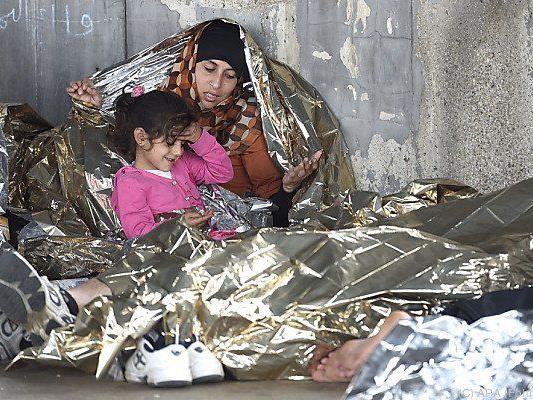 Flüchtlinge warten in Nickelsdorf auf ihre Weiterfahrt