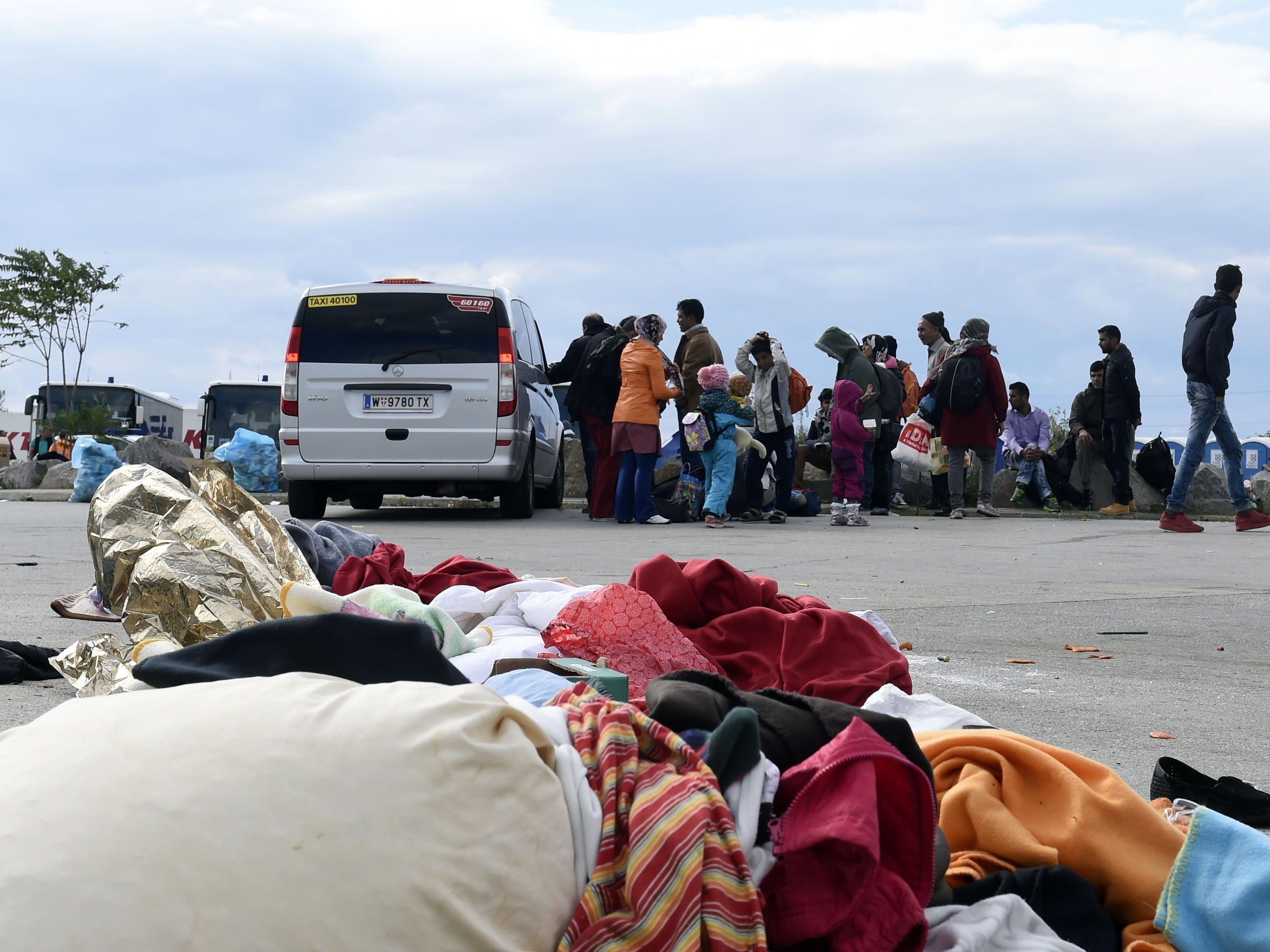 In Nickelsdorf warten noch immer zahlreiche Flüchtlinge.