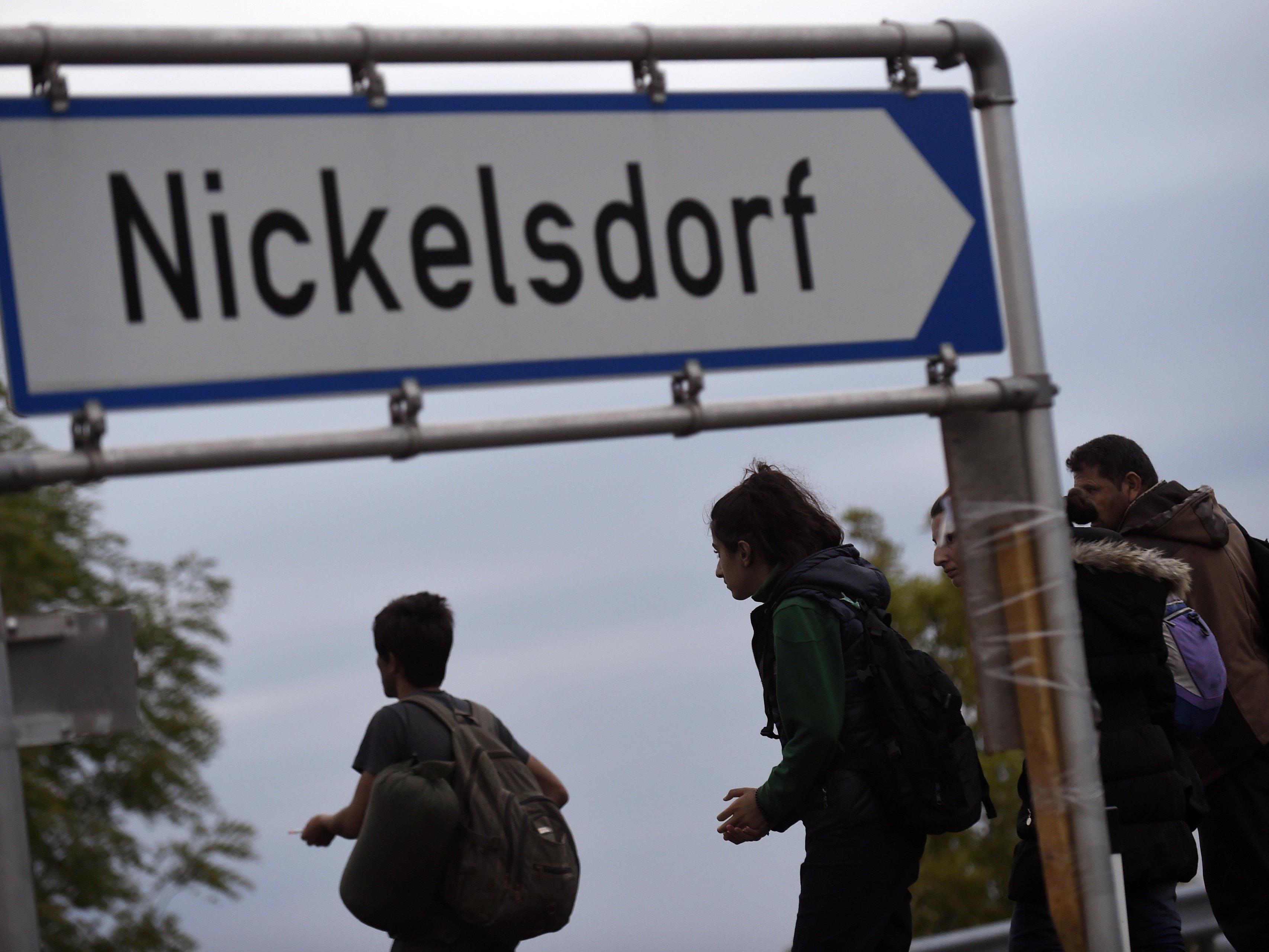 In der Nacht werden noch 5.000 weitere Flüchtlinge in Nickelsdorf erwartet.