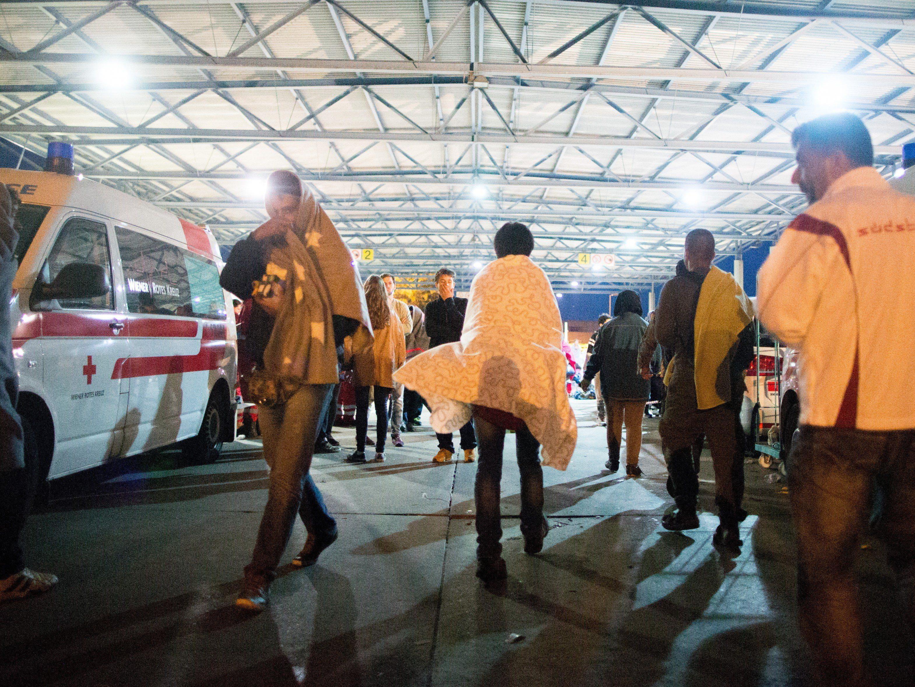 Hunderte Flüchtlinge verbringen die Nacht in Nickelsdorf und am Wiener Westbahnhof.