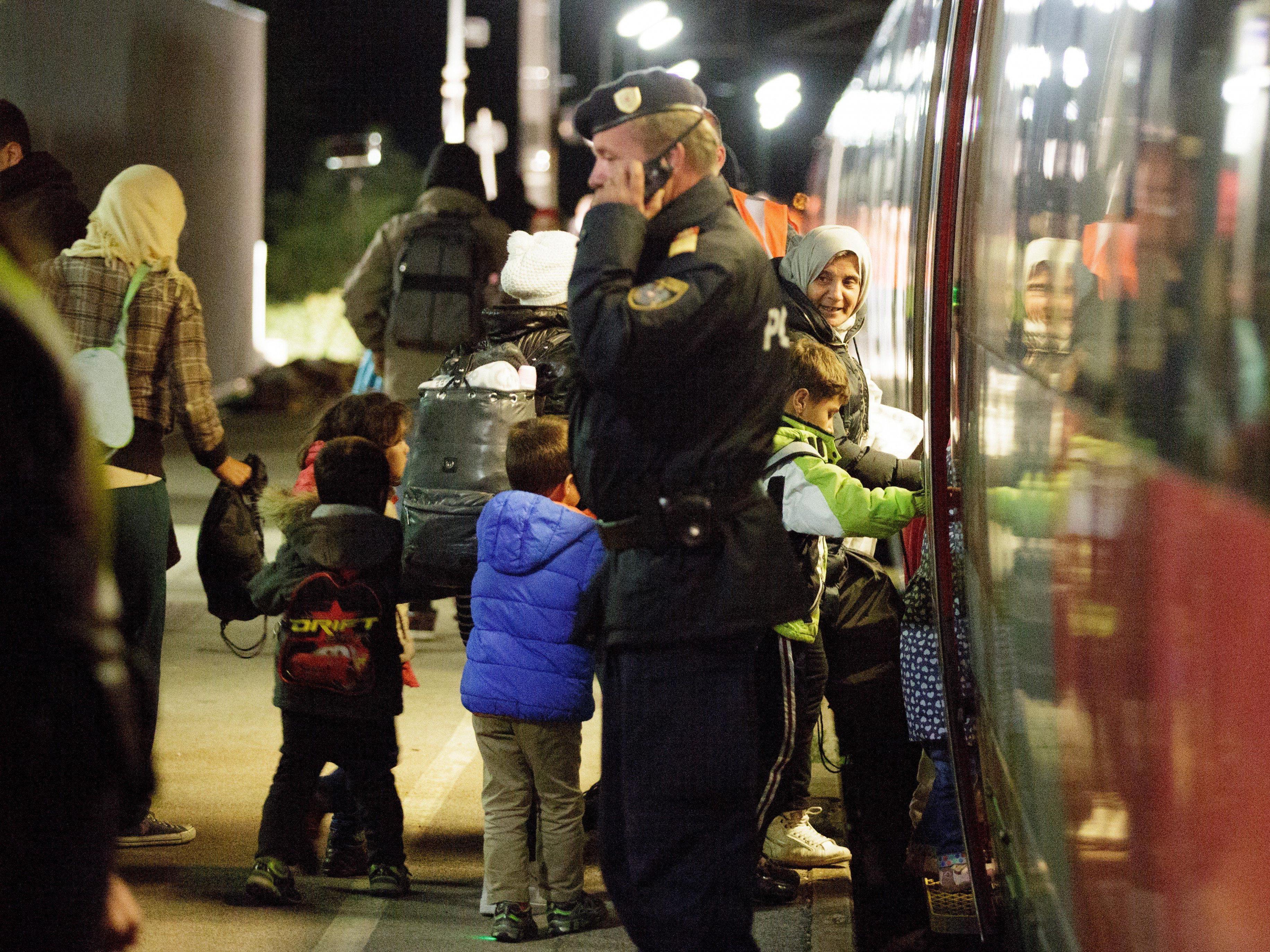 LIVE: Weitere Flüchtlinge aus Ungarn in Wien und Nickelsdorf erwartet.