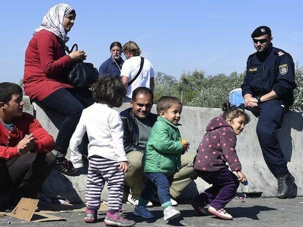 Flüchtlinge warten in Nickelsdorf im Burgenland auf die Weiterreise