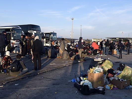 Flüchtlinge aus Ungarn übernachten in der Nacht auf Montag auf dem Zollgelände in Nickelsdorf im Burgenland