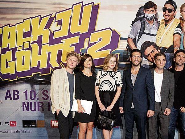 """Jella Haase (3.v.l) und Elyas M'Barek (4.v.l.) und Volker Bruch (5.v.l.) bei der Filmpremiere von """"Fack ju Göhte 2"""" in Wien"""