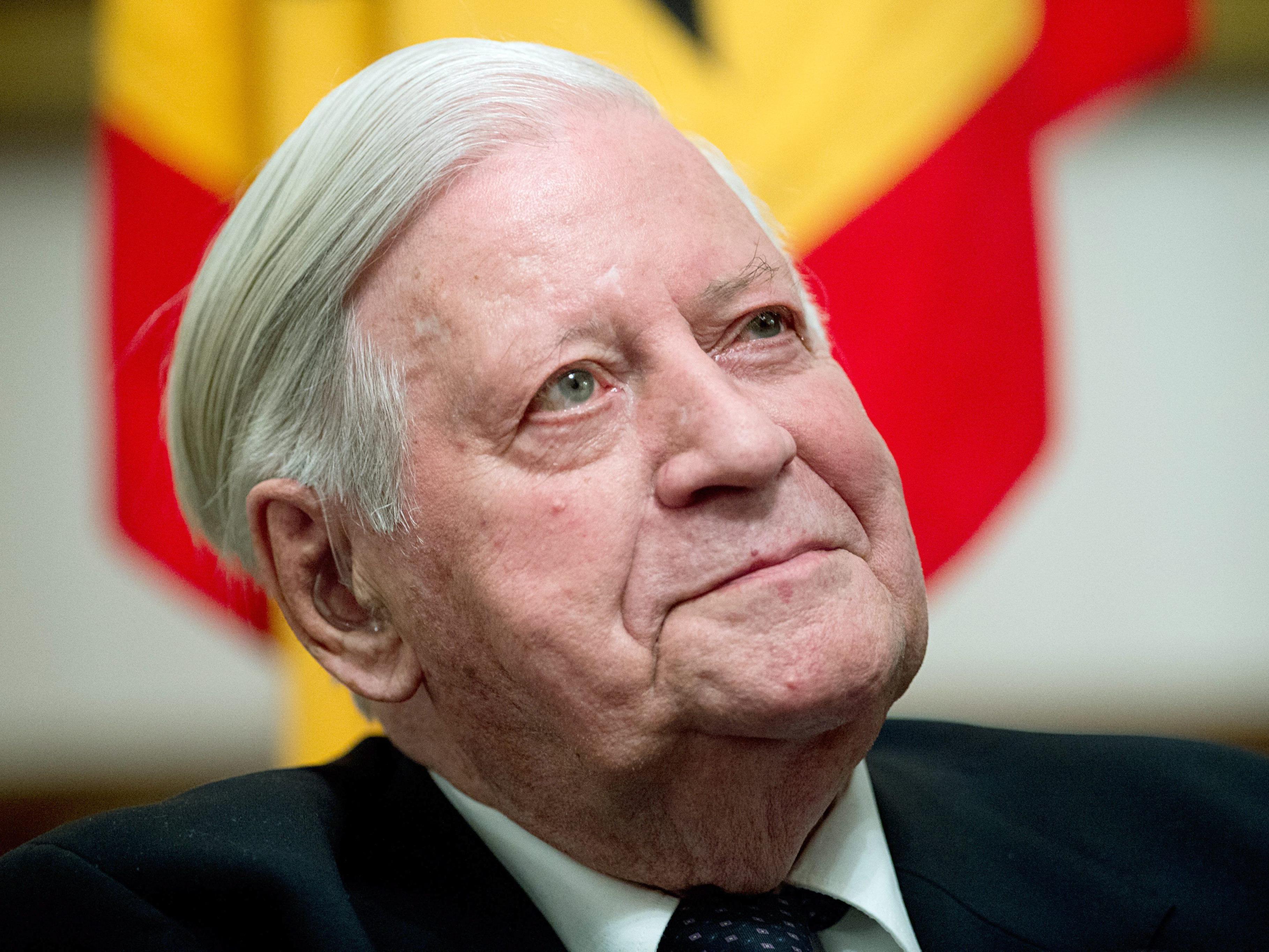 Altkanzler Helmut Schmidt darf laut Kardiologe weiterrauchen.