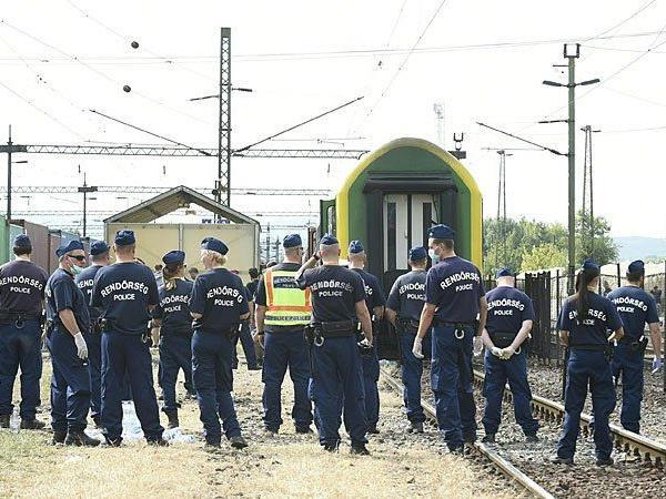 Die ungarische Polizei ist am Bahnhof im Budapester Vorort Bicske im einsatz - und hat nun vier Aktivisten aus Wien gefasst