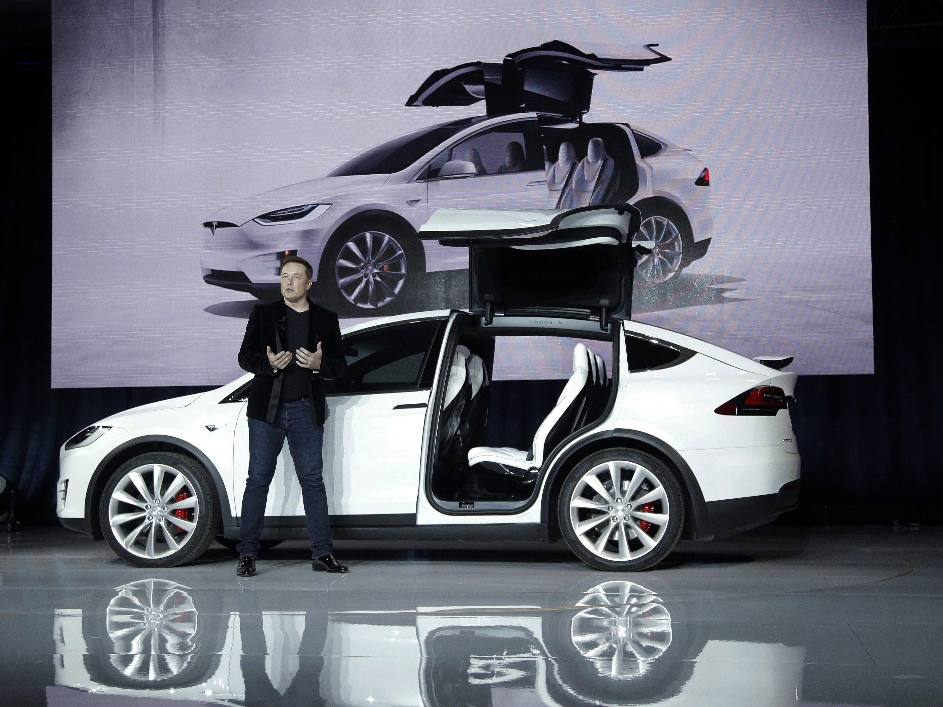 VW kämpft mit dem Abgas-Skandal, inzwischen schickt Tesla den ersten Elektro-SUV auf die Straße.