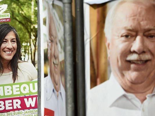 Ein Wahlplakat bzw. Dreiecksständer der Grünen und der SPÖ zur Wien-Wahl