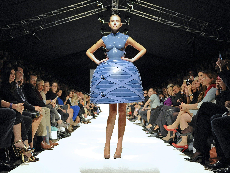 Eines der schrillen Designs von der Vienna Fashion Week 2015.