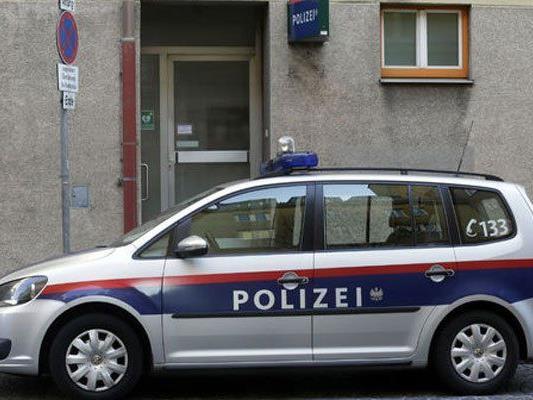Der Mann gab vor den Polizisten an, in seiner Wohnung attackiert worden zu sein.