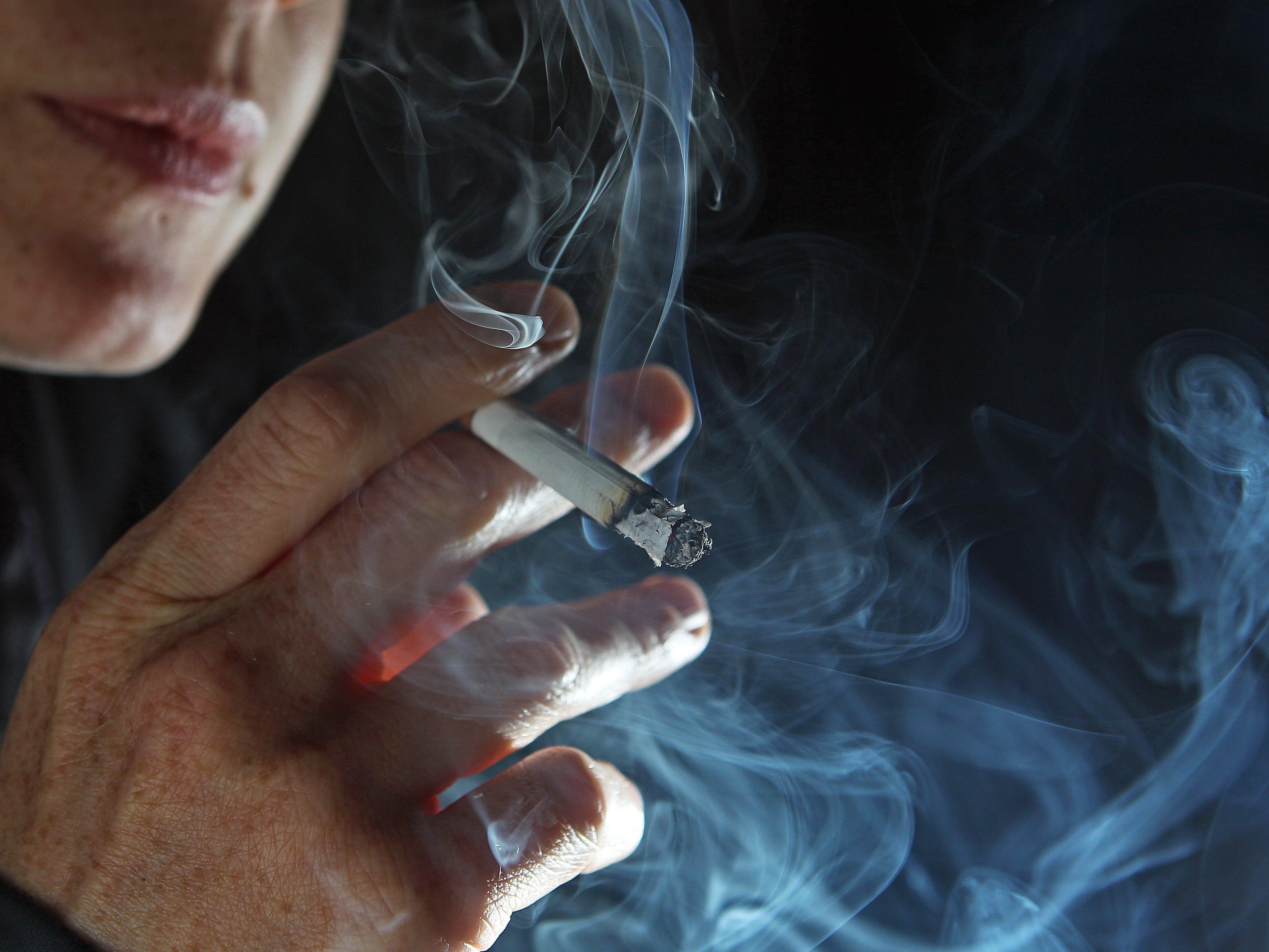 Kinder von Rauchern zeigen laut Studie doppelt so oft Verhaltensstörungen.