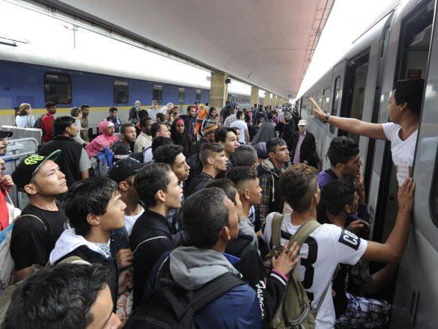 Tausende Flüchtlinge drängelten sich am Samstag am Westbahnhof.