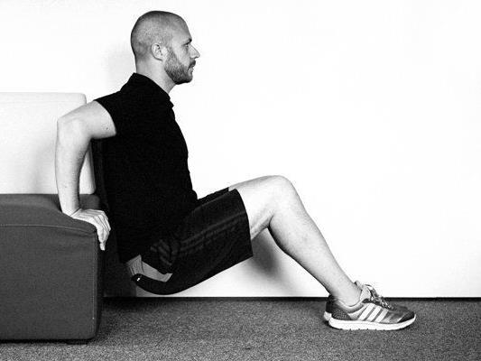 6 Übungen für ein intensives Couch-Workout Zuhause.