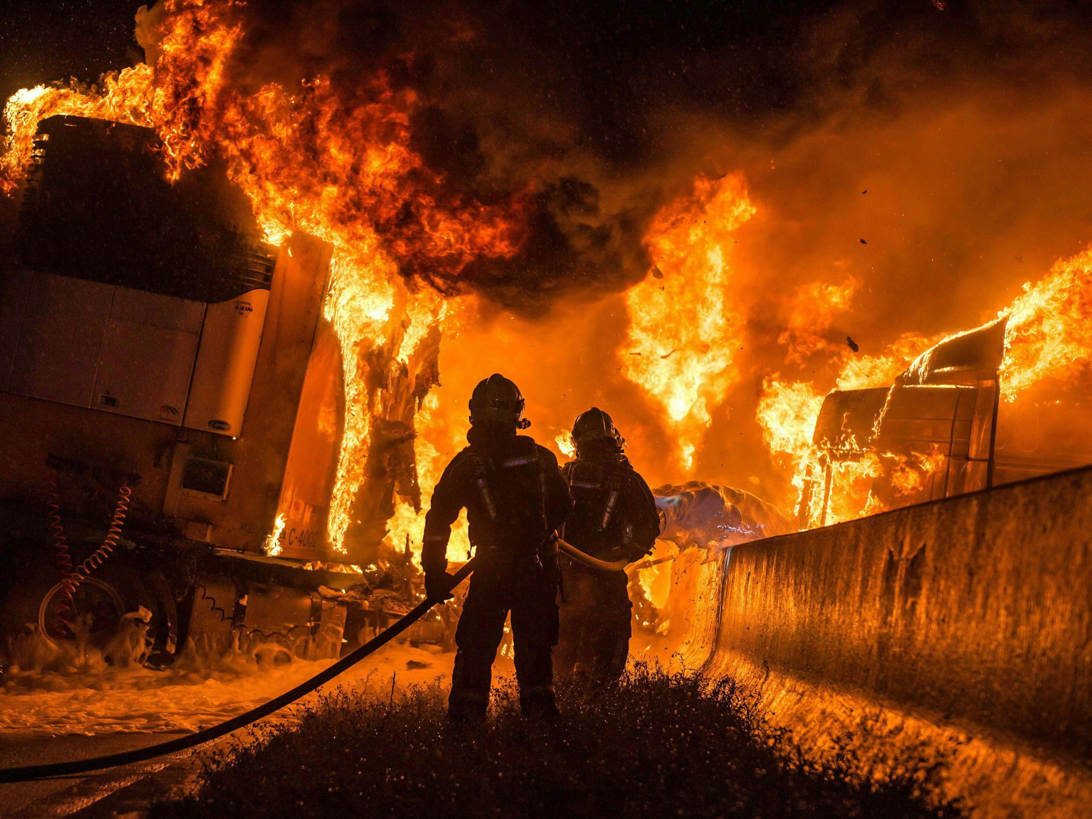 Der LKW brannte nach dem Unfall lichterloh.