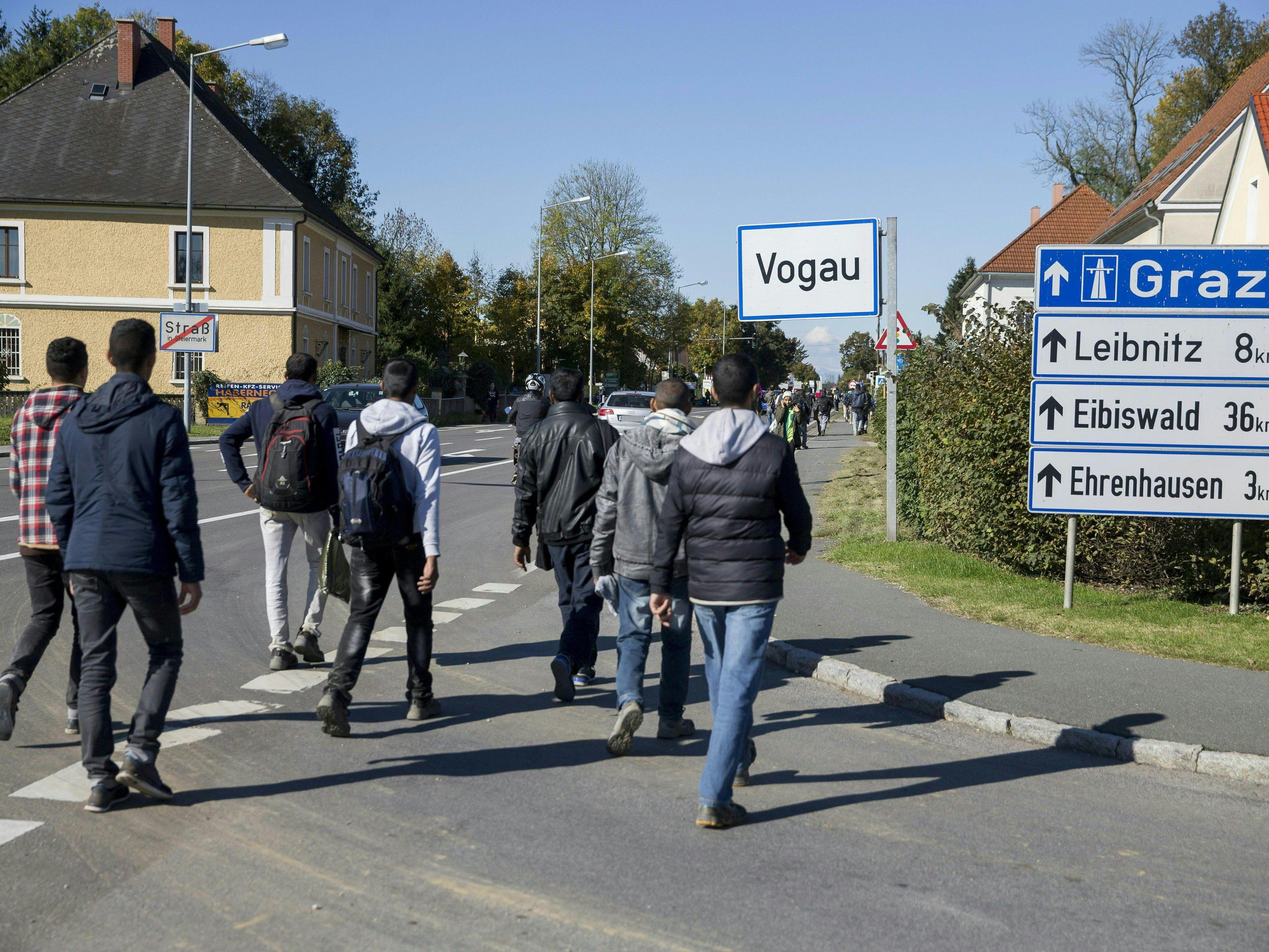 Migranten durchbrachen Absperrung - Polizei versucht Zuggleise und Autobahn freizuhalten.