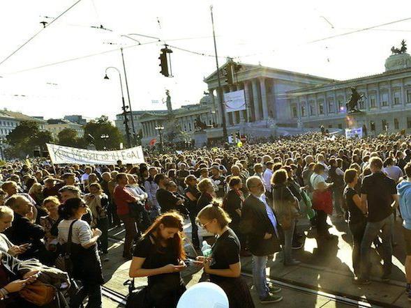 """Bei der Demo """"Mensch sein in Österreich - gegen unmenschlichen Umgang mit Flüchtlingen""""am Samstag vor dem Parlament"""
