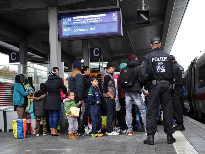 Während die Debatten weiter gehen, kommen täglich Tausende in Europa an.