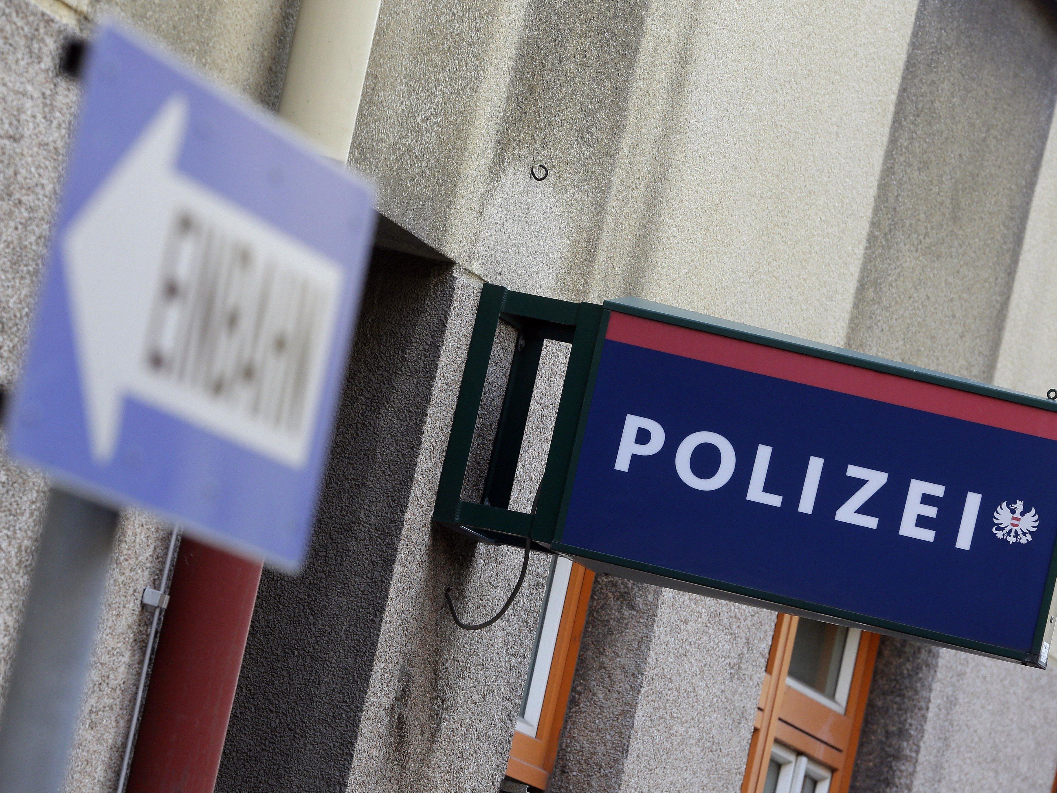 Eine 24-jährige Frau verletzte einen Polizisten.