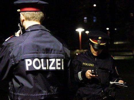 Die Polizei fahndet nach den Räubern.
