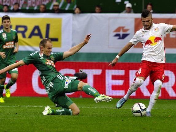 Mario Sonnleitner (Rapid/l) gegen Valon Berisha am Sonntag beim Spiel