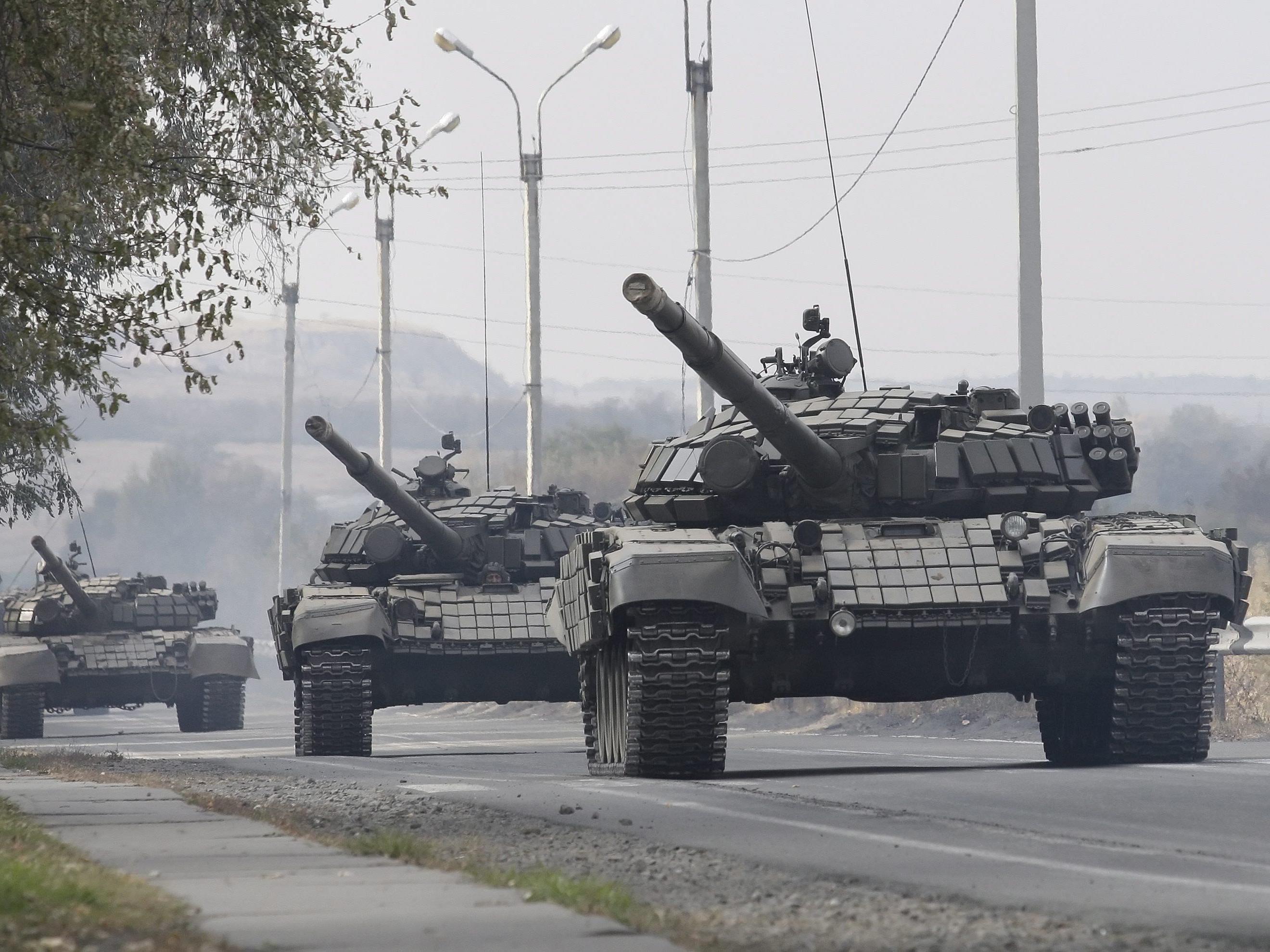 Eine Panzerkolonne der prorussischen Rebellen beim Rückzug.