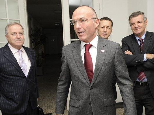 Sportminister Gerald Klug (m.) überlegt, die Cobra zur EURO 2016 zu schicken.