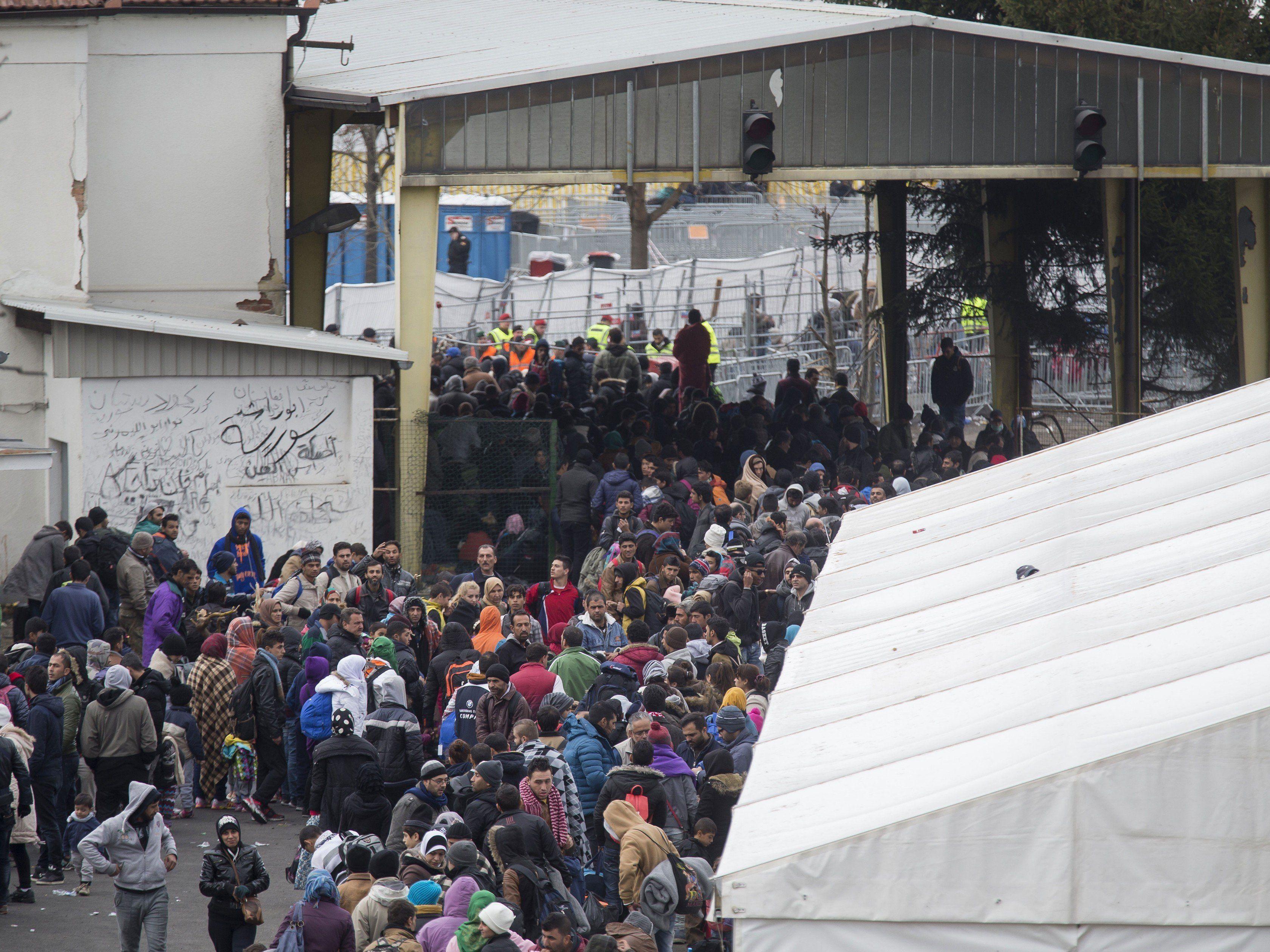 Flüchtlinge in der Sammelstelle Spielfeld.
