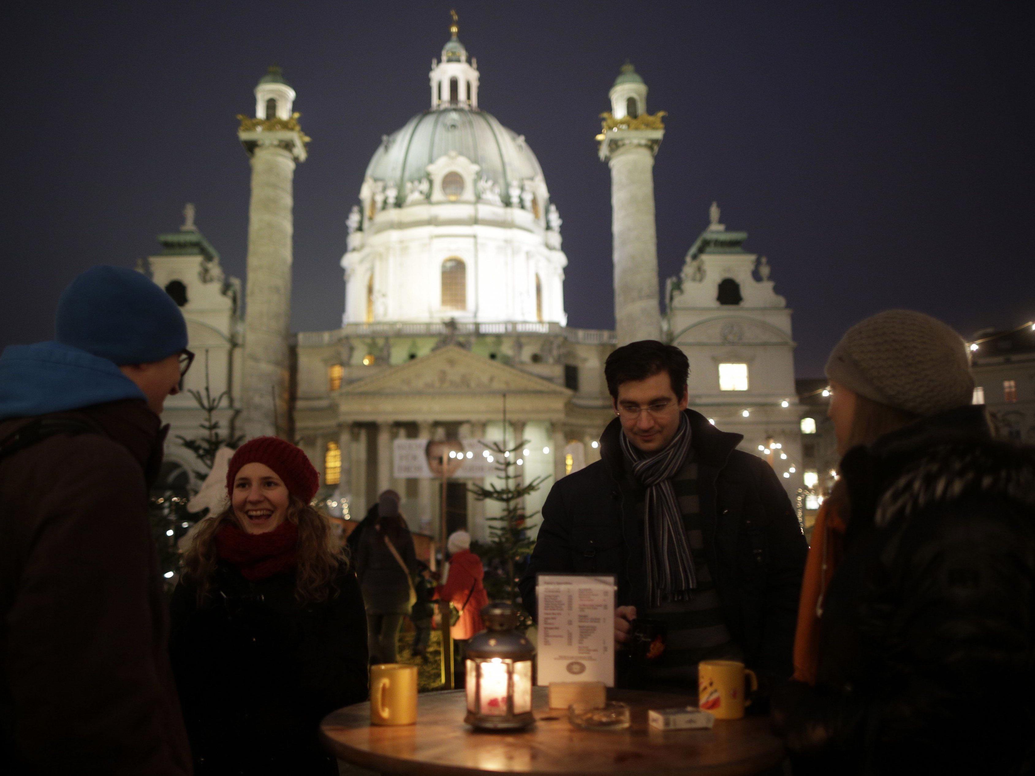 Am 20. November eröffnet der Weihnachtsmarkt vor der Karlskirche.
