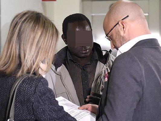 Bakary J. (M) und die Anwälte Susanne Kurtev (l.) und Nikolaus Rast (r.) am Donnerstag vor Beginn des Zivilverfahrens zu einer Entschädigungszahlung im Justizpalast in Wien