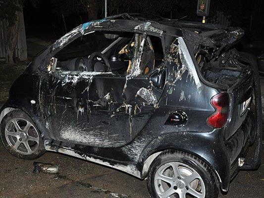 Eines der Fahrzeuge, das im Zuge der Brandserie angezündet wurde