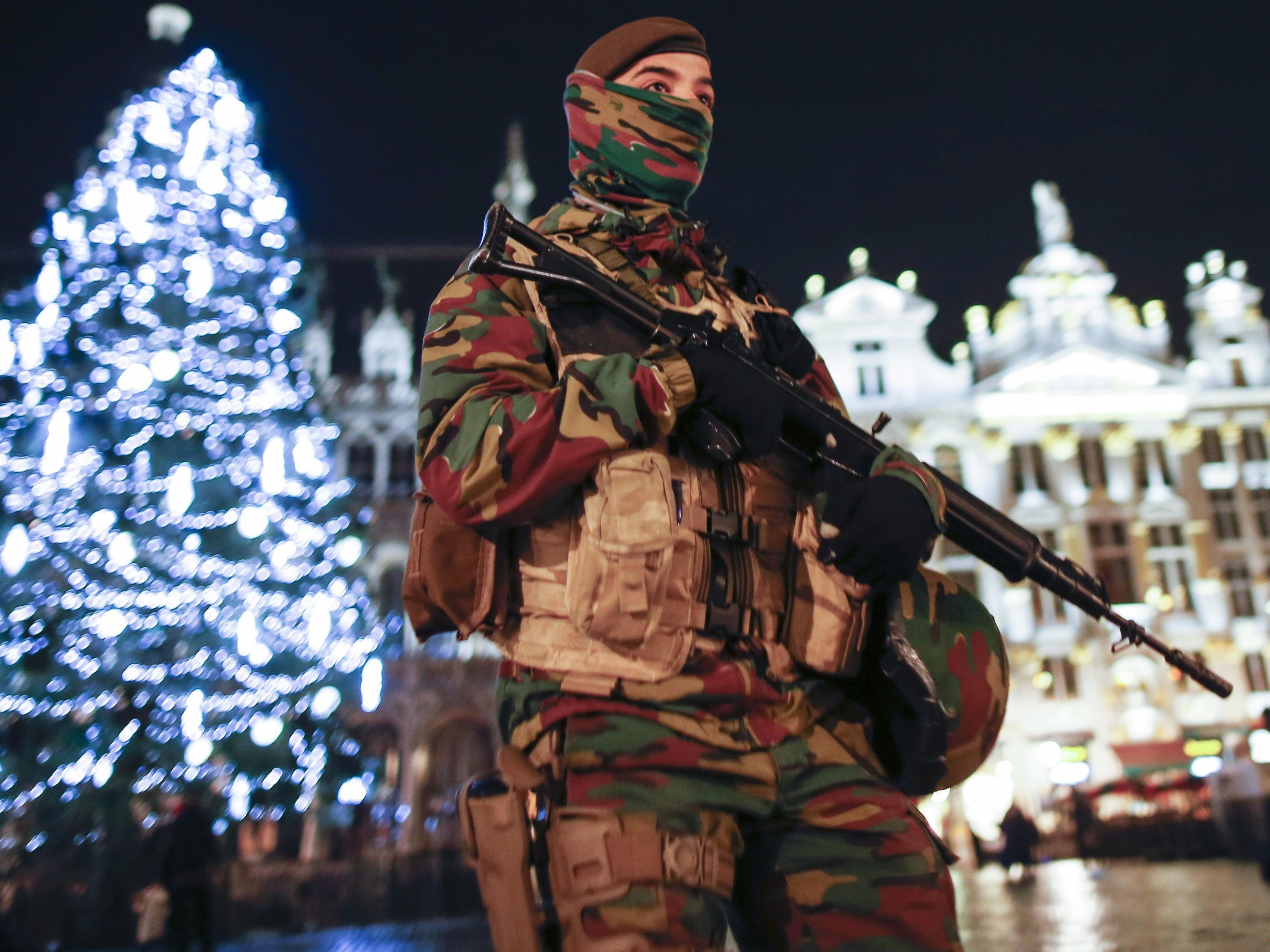 Ein Soldat an einem Weihnachtsmarkt in Brüssel.