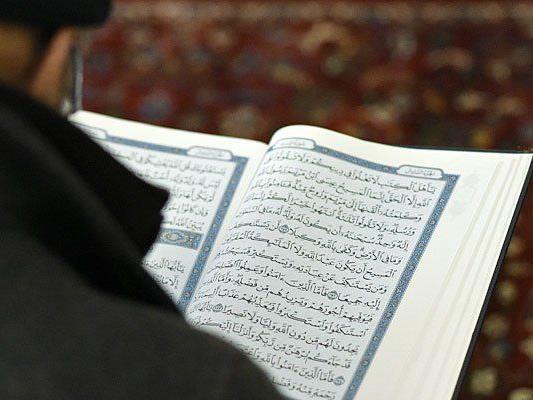Mirsad O. predigte in einer Moschee in Wien - nun ist er als mutmaßlicher Jihadist angeklagt