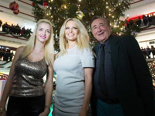 Richard Lugner (R) und seine Frau Cathy (L) und Schauspielerin Pamela Anderson am Freitag bei der Illuminierung des Weihnachtsbaums in der Lugner City