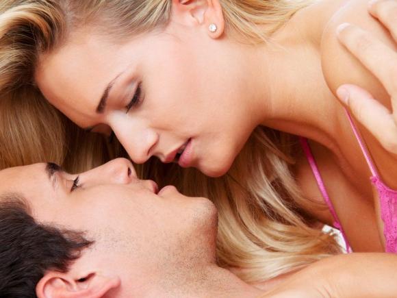 """Verliebtes Paar: """"Zu heiß"""" bekommt andere Bedeutung."""