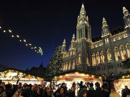 Der Christkindlmarkt am Rathausplatz bleibt heuer länger geöffnet.