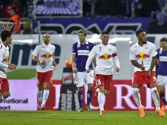 Paulo Miranda (R/Salzburg) und Teamkollegen jubeln über das Tor zum 1:0 während der tipico-Bundesliga-Begegnung zwischen FK Austria Wien und Red Bull Salzburg am Samstag