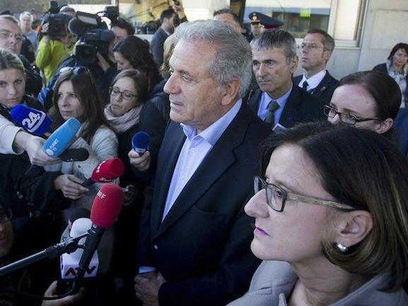 EU-Migrationskommissar Dimitris Avramopoulos (l.) und Innenministerin Johanna Mikl-Leitner (ÖVP) am Freitag am Grenzübergang Spielfeld