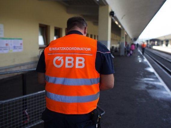 Ein Mitarbeiter der Einsatzkoordination der ÖBB am Bahnsteig des Wiener Westbahnhofs