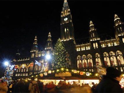 Der Christbaum am Rathausplatz wird heuer weniger traditionell beleuchtet.