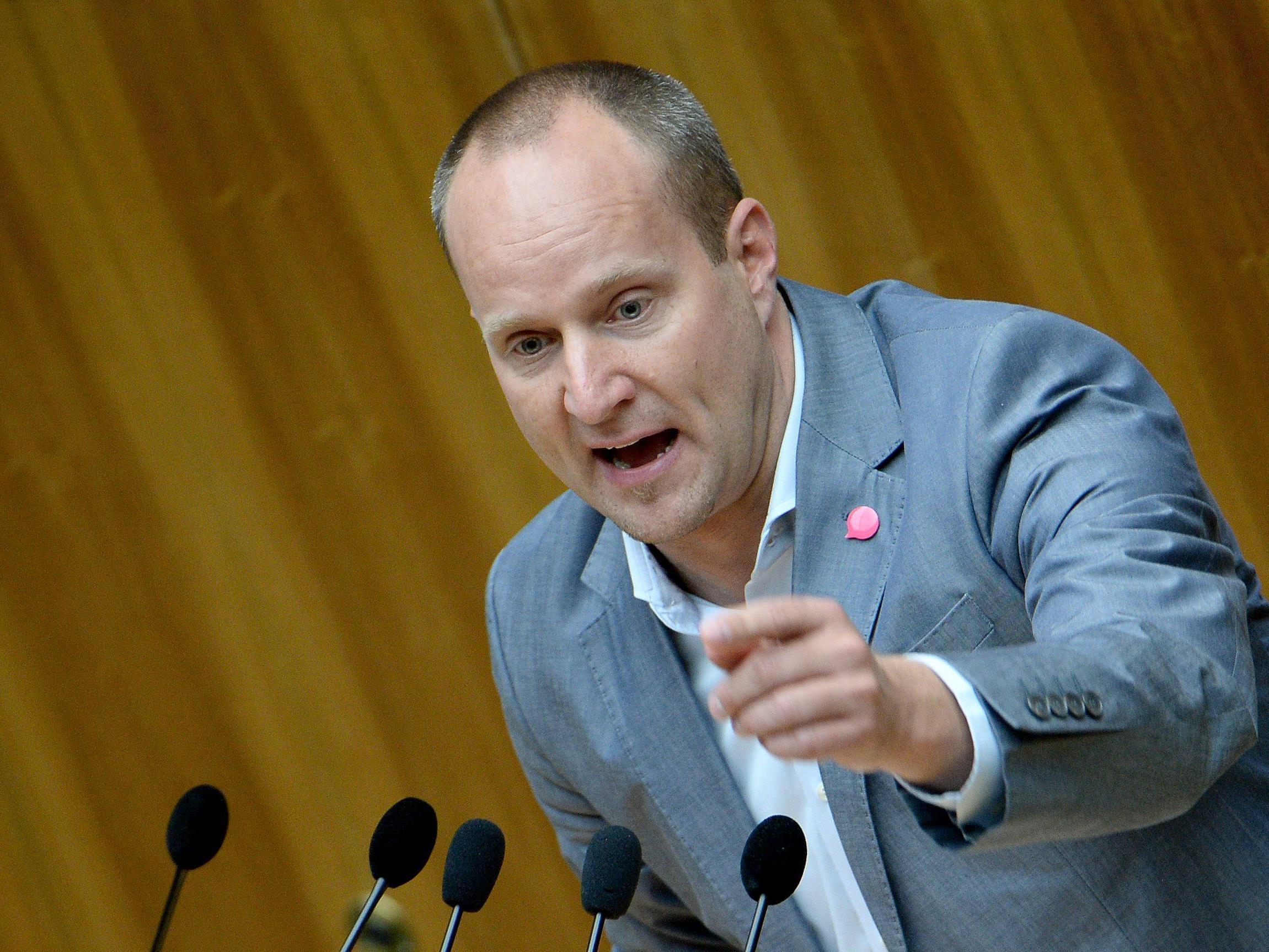 NEOS-Chef Matthias Strolz über Europa, die Flüchtlingskrise und islamische Kindergärten.
