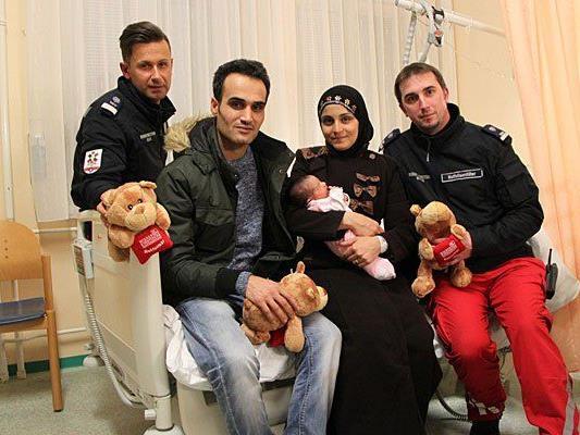 v.l.: Sanitäter Mustafa M., Vater Alamir, Mutter Anoud mit Amal, Sanitäter Rene C.