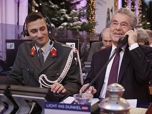 """Für Bundespräsident Heinz Fischer (r.) ist wie für viele andere Politiker die Spendenaktion """"Licht ins Dunkel"""" im ORF-Zentrum in Wien weihnachtlicher Pflichttermin"""