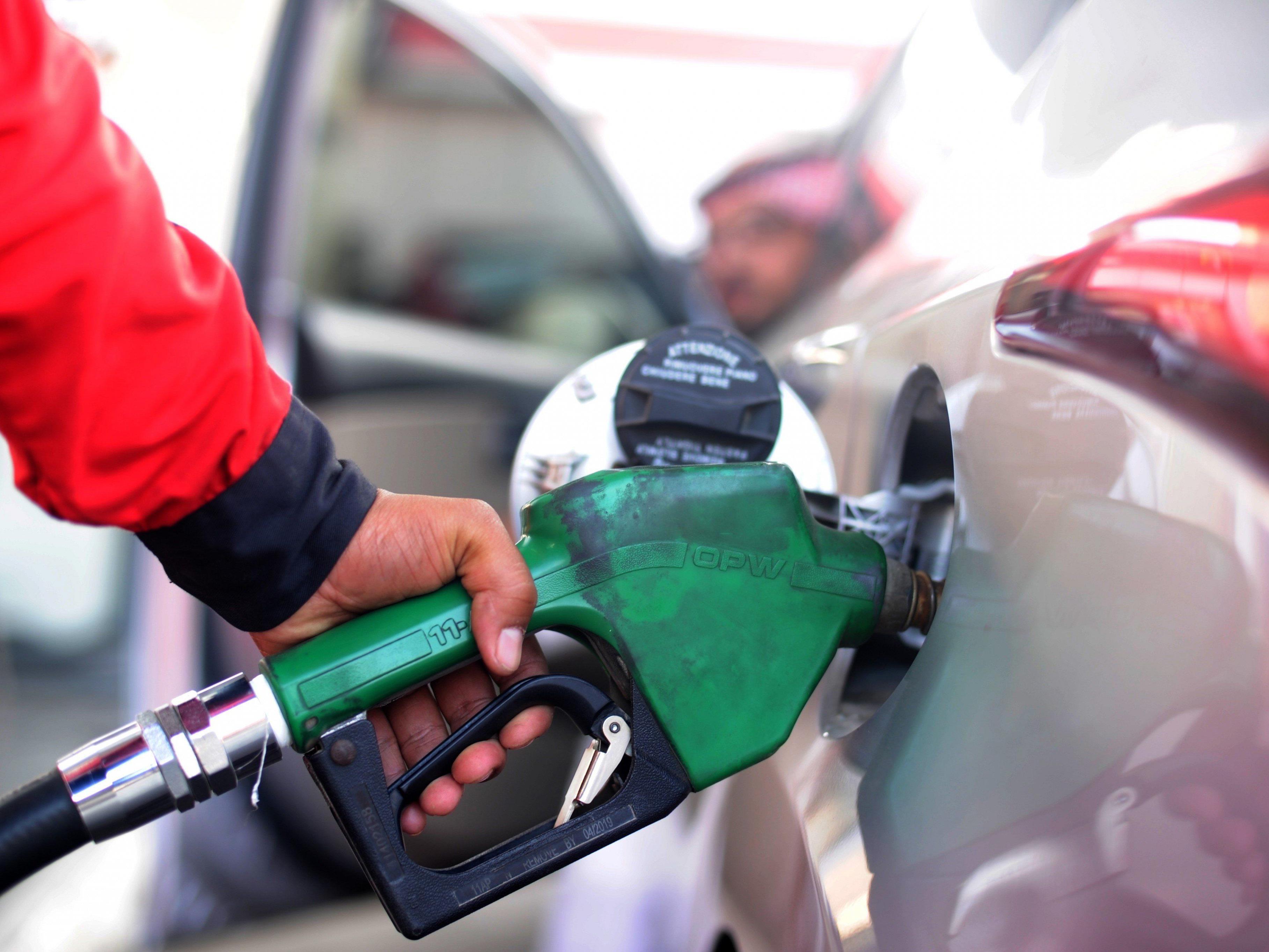 Absturz des Ölpreises bringt Königreich Rekorddefizit.