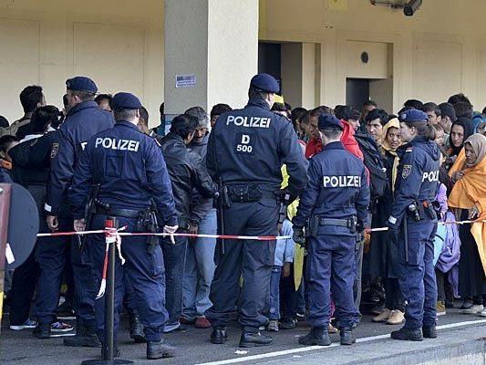 Zahlreiche Polizisten waren in den letzten Monaten zur Hilfe von Flüchtlingen im Einsatz - etwa am Wiener Westbahnhof
