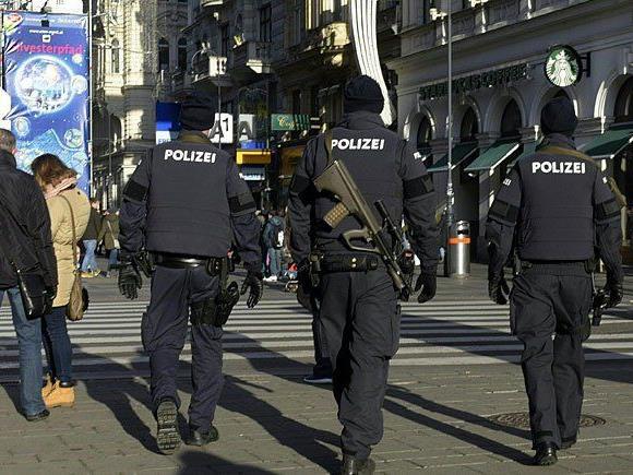 Mehr Polizei als gewöhnlich ist heuer am traditionellen Silvesterpfad in der Wiener Innenstadt im Einsatz
