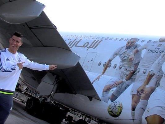 Cristiano Ronaldo zeigt auf den neuen Flieger im Real-Style.
